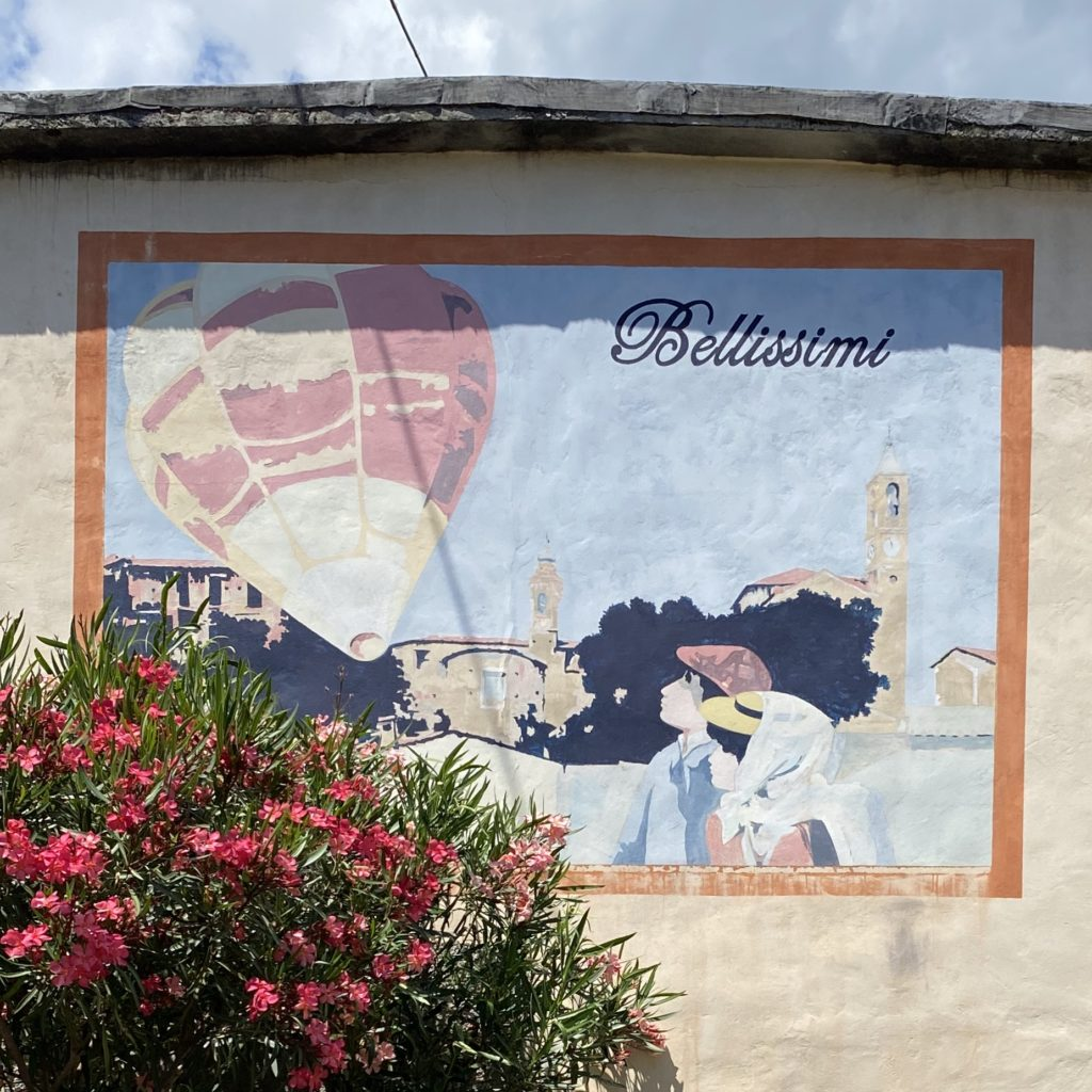 Uno dei murales di Bellissimi, il paesino delle mongolfiere di carta