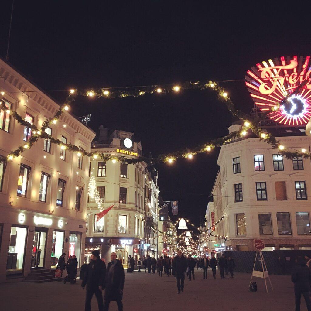 Oslo low cost in 2 giorni: una delle vie pedonali addobbata a festa