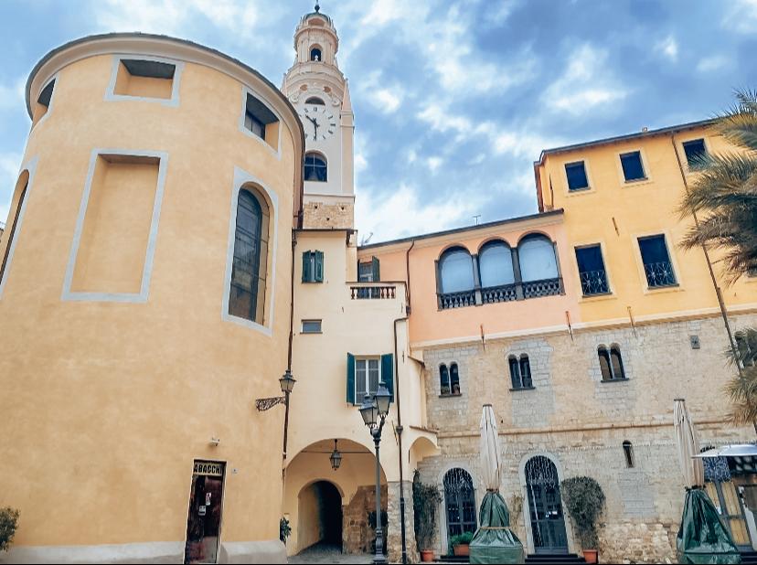 Quartiere San Siro Sanremo: la canonica e il campanile visti da piazza Carli